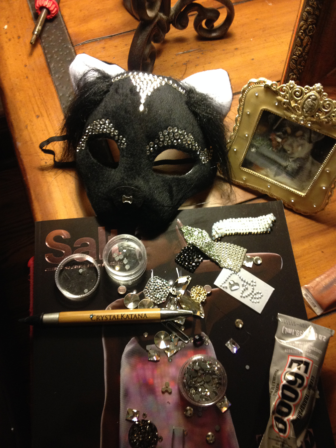 free-diy-diresctions-on-gluing-swarovski-crystals-to-halloween-mask